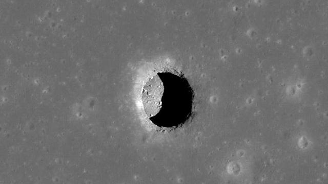 Ay yüzeyindeki bulunan bir mağara girişi