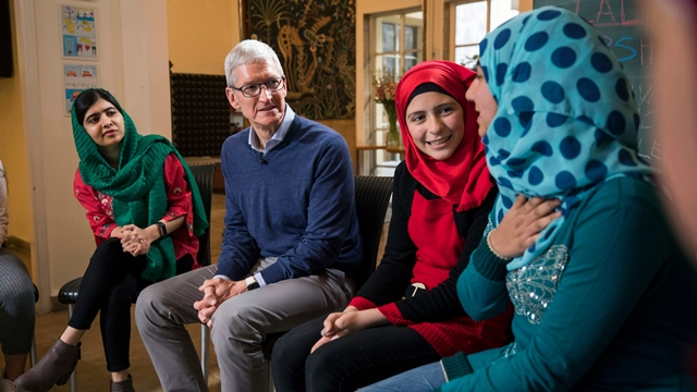 Malala Yousafzai ve Tim Cook