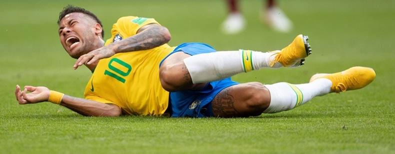 Neymar kendini atıyor