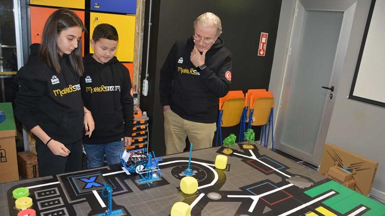 make x robot yarışları