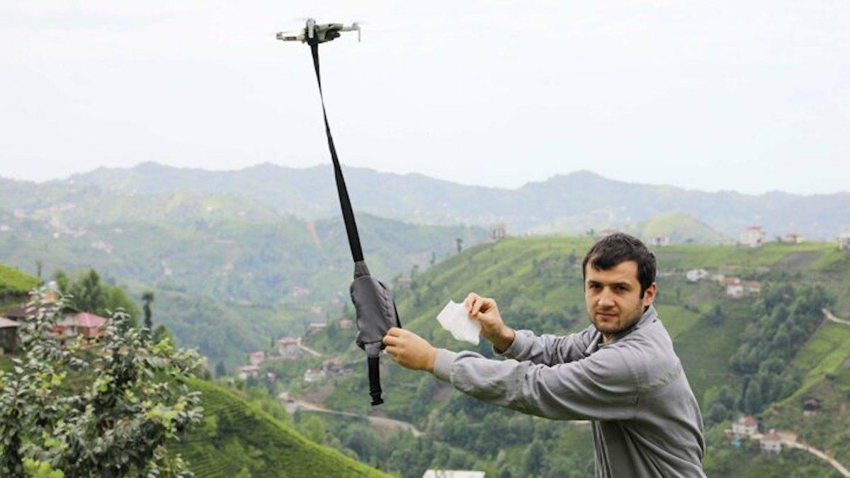 muhtar-koyde-drone-ile-maske-dagitiyor