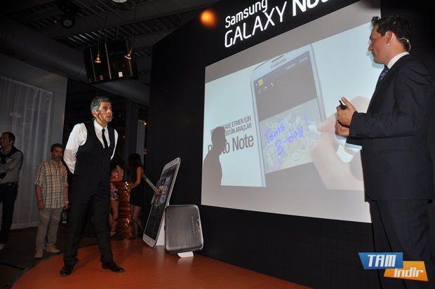 Okan Bayülgen Galaxy Note 2'den bahsediyor.