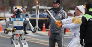İnsansı Robot  Olimpiyat Meşalesini Taşıdı