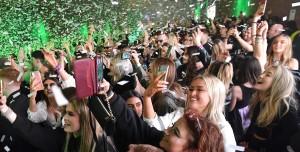 İngiltere'de Sosyal Mesafe ve Maskesiz Parti Yapıldı: İşte Sonuç