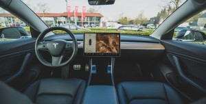Tesla'yı Otopilota Bırakıp Arka Koltukta Seyahat Etti! (Video)