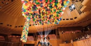 20 Bin Balon Kullanarak Uçmayı Başardı!