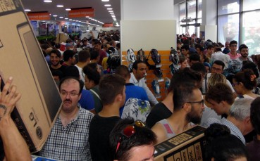 Teknoloji Mağazası Açılışında Vatandaşlar Birbirini Ezdi