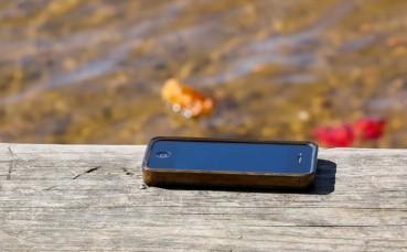 Denize Düşen Telefonun Peşinden Atlamaya Kalktı