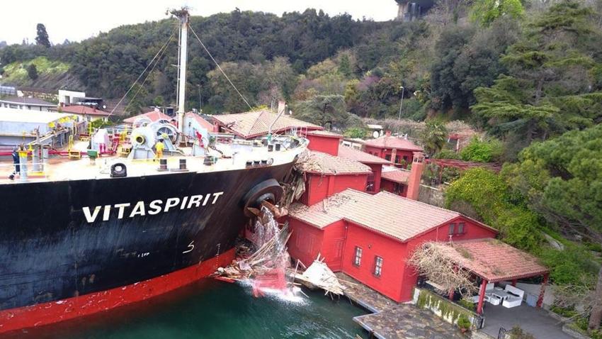 Yük Gemisi İstanbul Boğazı'ndaki Yalıya Neden Çarptı