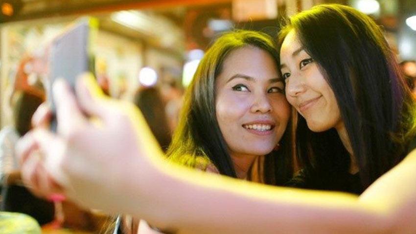 Selfie Çekerken Sanat Eserlerine Zarar Verdiler