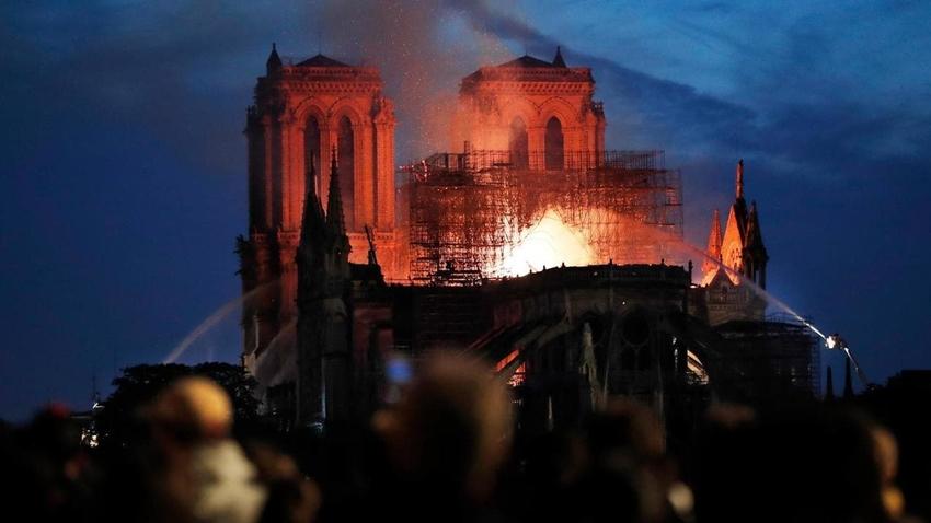 Fransa'nın 850 Yıllık Notre Dame Katedrali Alevlere Teslim Oldu