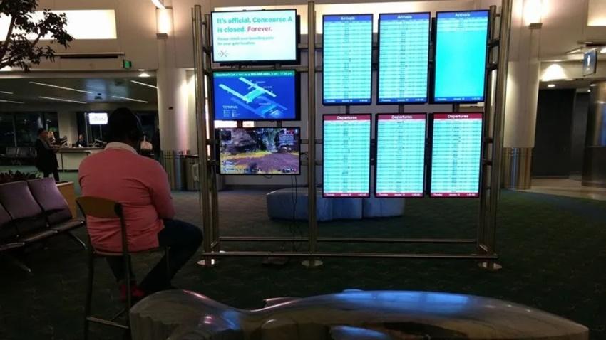 Havalimanında Uçuş Bilgi Ekranına PS4 Bağladı ve Oynadı!