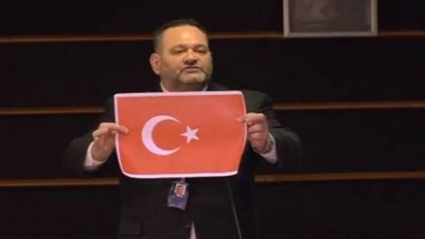Türk Bayrağı'nı Yırtan Yunan Vekile Tepkiler Büyüyor