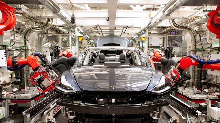 Çin'deki Fabrikanın Üretiminde Robotlar Çalışıyor