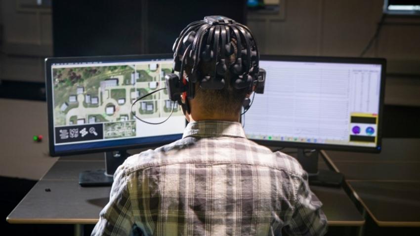 oyun oynayan drone sürücü kontrol