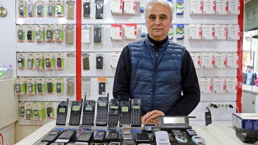 Bir Vatandaş 35 Bin TL Harcayarak 25 Yılda 850 Cep Telefonu Biriktirdi