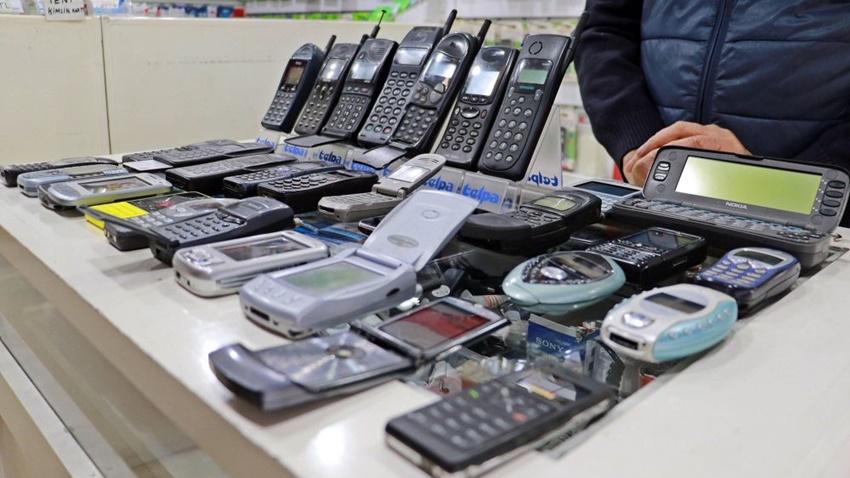 Samsun'da yaşayan bir vatandaş 25 yıldır cep telefonu biriktiriyor.