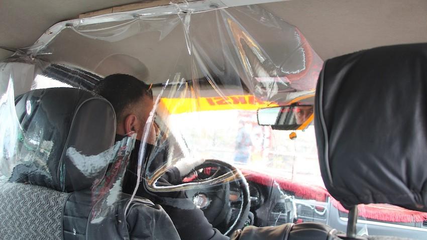 Taksici Koronavirüse Karşı Şeffaf Kabin ile Önlem Aldı