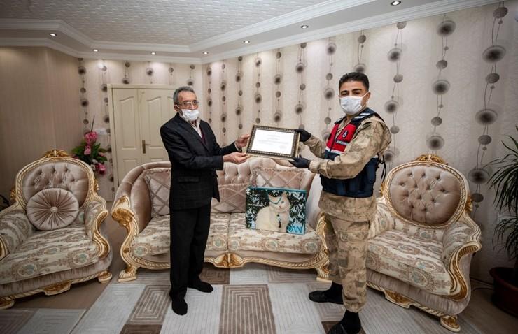 Koronavirüslü Kişileri Yetkililere Bildirine Mahalle Muhtarı Ödüllendirildi