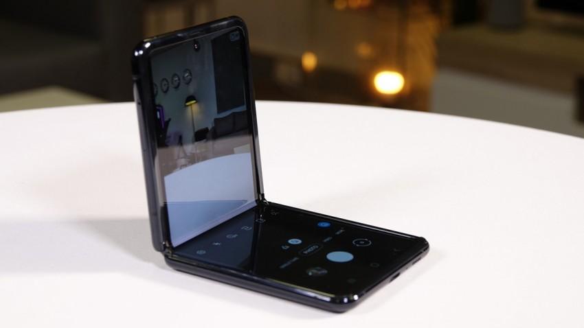 Samsung Galaxy Z Flip Ön Kamerası ile Sınıfta Kaldı -1