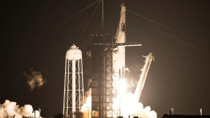 dort-astronot-tasiyan-spacex-roketi-havalandi