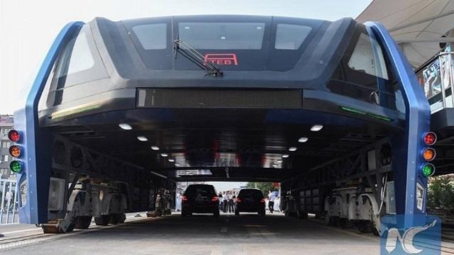 Araçların Üzerinden Giden Otobüs Test Sürüşünde