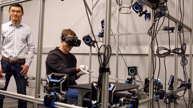 Mark Zuckerberg, Oculus VR'ın Beyaz Eldivenlerini Tanıttı