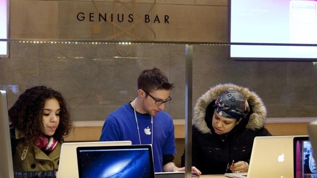 Apple Çalışanı Gibi Giyinip 16,000 Dolarlık Ürün Çaldı