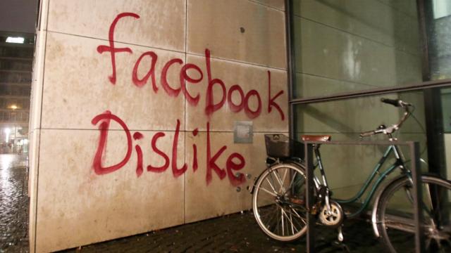 Facebook'un Almanya'daki Ofisine Taş ve Gaz Bombalarıyla Saldırdılar!