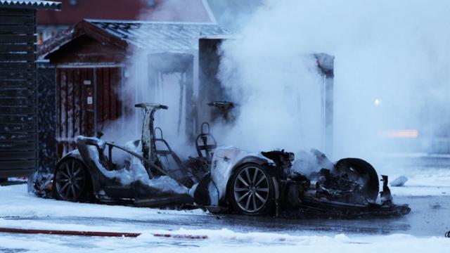 Tesla'nın Model S Arabası Şarj Esnasında Yandı, Bitti, Kül Oldu!