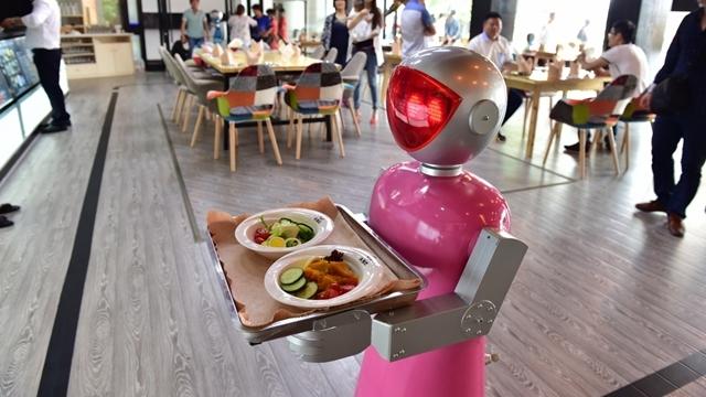 Robot Garsonlar İşten Kovuldu
