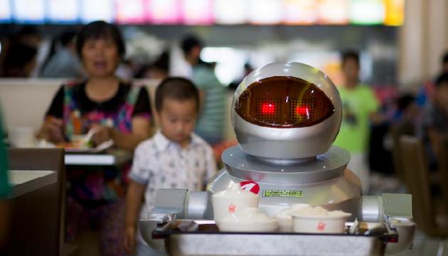 Çin'deki Bir Restoranda Tüm İşi Robotlar Yapıyor
