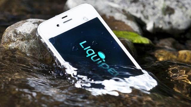 iPhone'u İçin Düşünmeden Buz Gibi Suya Atladı!