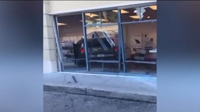 iPhone'unu Değiştirmeyen Mağazaya Arabasıyla Daldı!