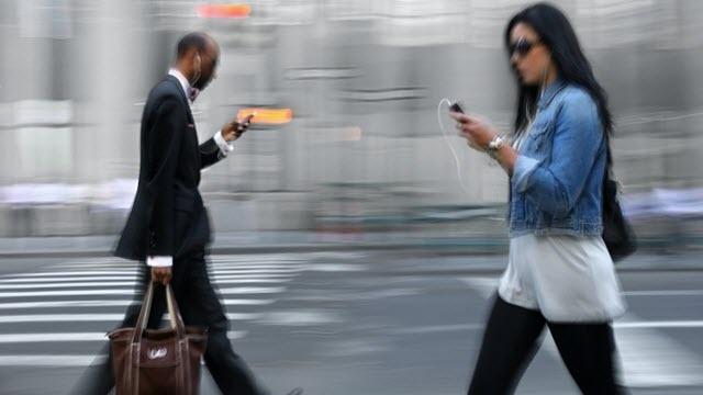 Yakında Yürürken Cep Telefonuna Baktığımız İçin Hapse Girebiliriz
