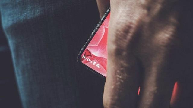 Android'in Mimarı Andy Rubin, Çerçevesiz Telefonunu Gösterdi