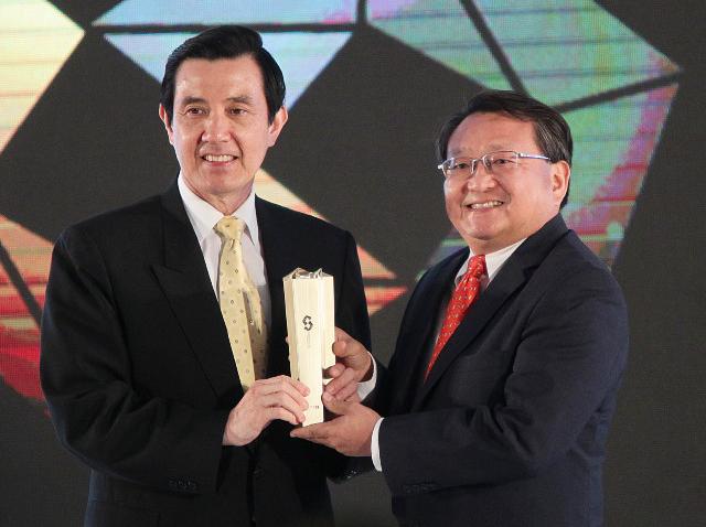 HTC One Ödüle Doymuyor