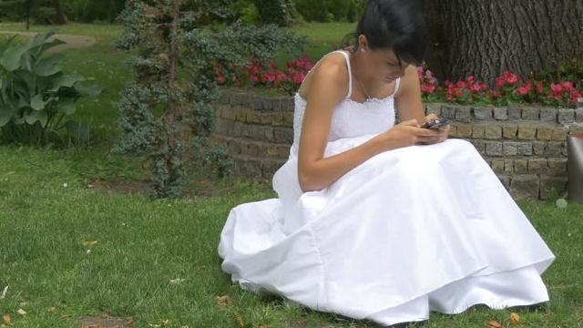 Düğün Gecesi Sürekli Arkadaşlarıyla Mesajlaşan Eşini Boşadı