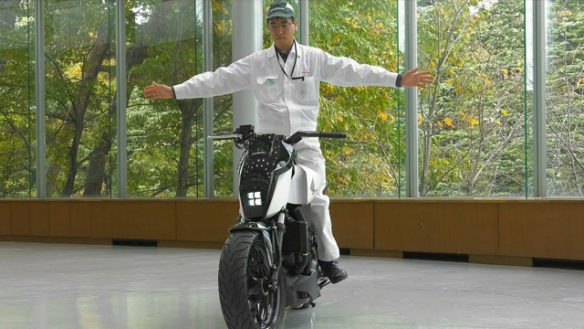 Honda'nın Yeni Motosikleti Kendi Kendine Dengede Durabiliyor