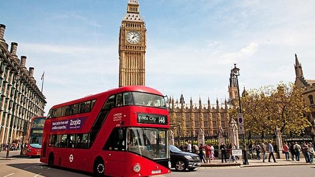 İngiltere'de Sürücüsüz Otobüsler 'Dur' İşareti Yapan Yayalara Yol Verecek