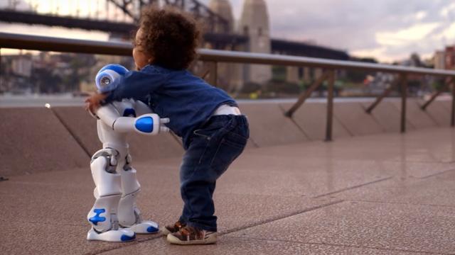 Intel Robotunun İlk İş Günü Gelecek Hakkında Fikirler Veriyor