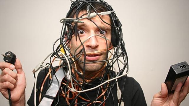 PC Çalışma Masanızın Altındaki Kablo Cehenneminden Nasıl Kurtulabilirsiniz?