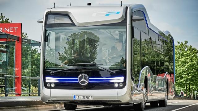 Mercedes'in Sürücüsüz Otobüsü Turist Gezdiriyor