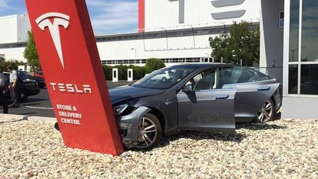 Tesla Otomobil Sahiplerinin Kafalarını Taşlara Vurduğu Yer: Tesla Servisleri