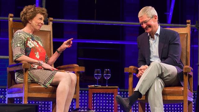Tim Cook 350 Yıllık Bir Tabloda iPhone Gördüğünü İddia Etti