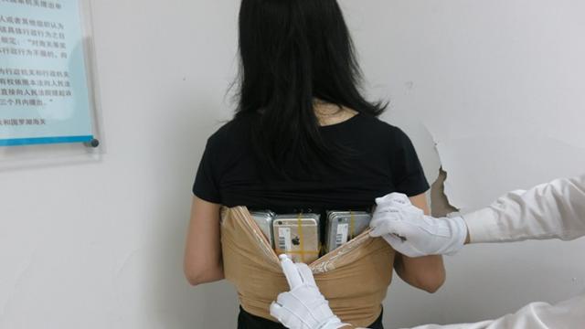 iPhone Kaçakçısı Çinli Kadını Kışlık Kıyafetleri Ele Verdi