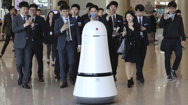 LG'nin Yeni Havaalanı Robotları Rehberlik ve Temizlik Hizmetleri Veriyor