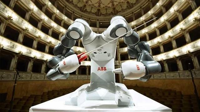 Lucca Filarmoni Orkestrasını Robot Maestro Yönetti