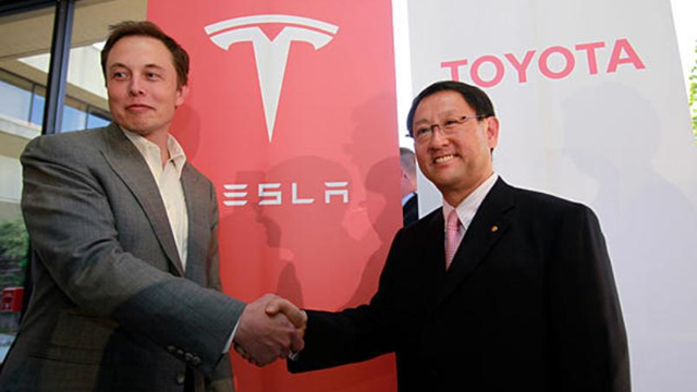 Toyota ve Tesla Yollarını Tamamen Ayırdı
