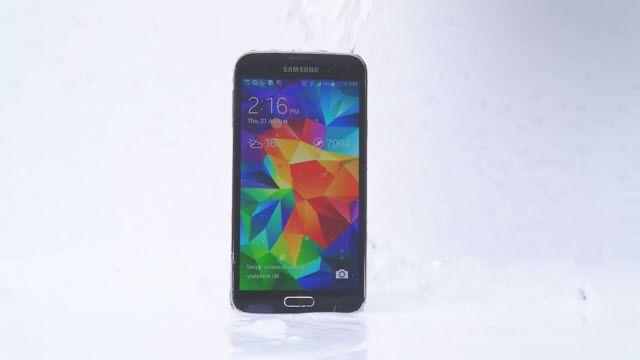 Samsung Galaxy S5'in Üzerine de Buzlu Su Döktüler